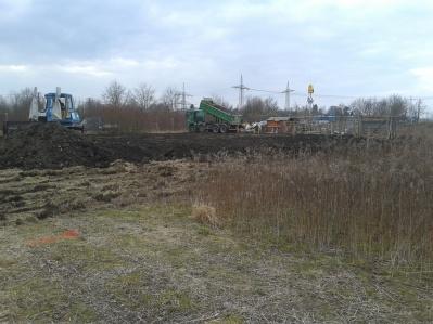 LKWs mit Mengen an Erde fuhren quasi im 5 - Minuten - Takt auf der neuen Farm ein und aus