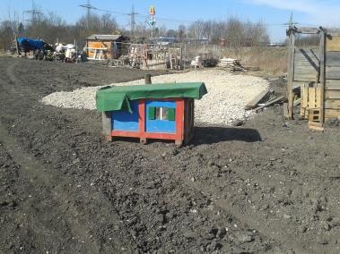 Auch die Hundehütte ist mittlerweile auf der neuen Fläche eingetroffen.