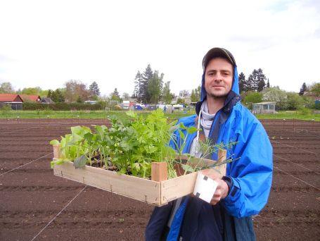 Jens freut sich über seine Pflänzchen und hofft auf leckeres Gemüse im Sommer! Aber als alter Hase des Urban Gadening wird ihm dies sicher gelingen!