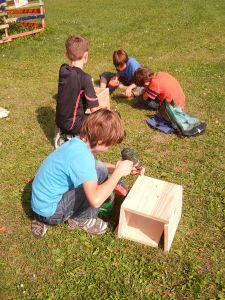Für den Schulgarten bauten wir gemeinsam ein großes Insektenhotel. Die Jungs bastelten die Fächer.