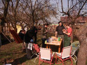 Pause unterm Zwetschgenbaum mit Hängematte, Kaffee und Leckereien.