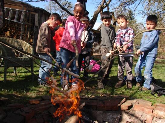 Ein Feuer und Stecken machen Kinder schon glücklich, da braucht es kein Handy, keinen Konsum und keinen Computer.