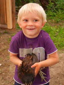 Auch Fabi war begeistert eins der flauschigen Hühner halten zu dürfen.