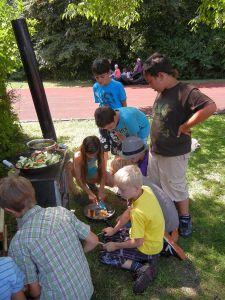 Die Kids kochten selbstständig Tee und Essen für alle.