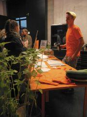 Informative Gespräche auf der Vernissage mit Jens Börner.
