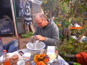 Stefan stellte in liebevoller Arbeit Kastanienseife her.