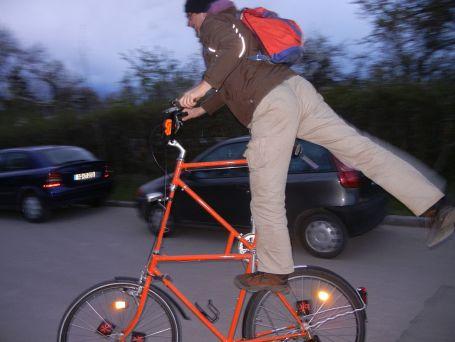 Stefan von der Bikekitchen und sein Tallbike  auf dem Heimweg vom Arbeitseinsatz auf der CityFarm.