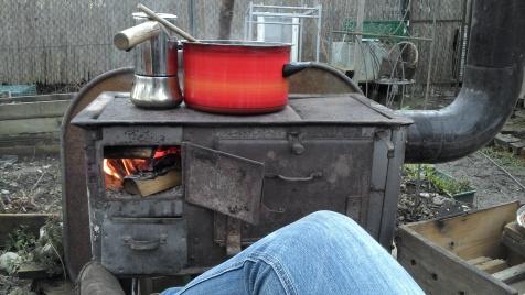 Da brodelt der Kaffee und ein dicker Gulasch auf dem alten Sudetenofen.