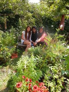 Drei schöne Gartenfeen. Die Schulgartengruppe der Kapellenschule zu Besuch auf der CityFarm