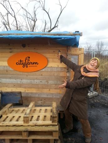 Damit auch jeder weiß was hier abgeht, brachte Ildi das Ctyfarm-Schild an.