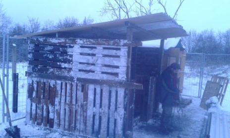 Bei Schnee und Eis entstand die Hütte aus Paletten-Modulen