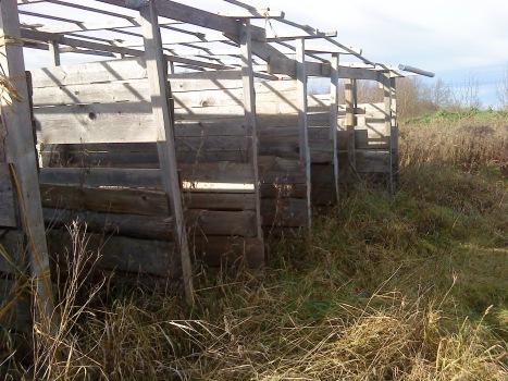 Einziges Bauwerk sind diese alten, instablilen Pferdeboxen. Das Holz kann man sicherlich noch verwenden.