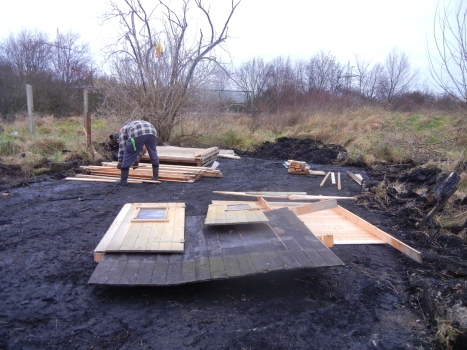 Aufbau der ersten Hütte.