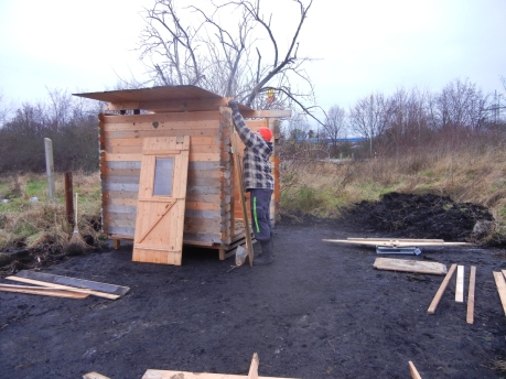 An einem Nachmittag bauten die Männers unsere erste Hütte auf.
