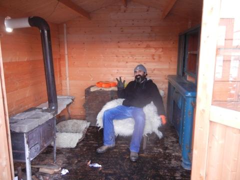 Das Aufwärmen am Ofen war bei dem Wintereinbrung dringend nötig, um die Eiszapfen aus dem Bart zu tauen.